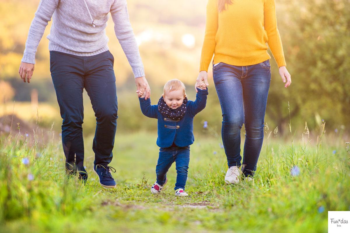 familia haciendo una actividad al aire libre