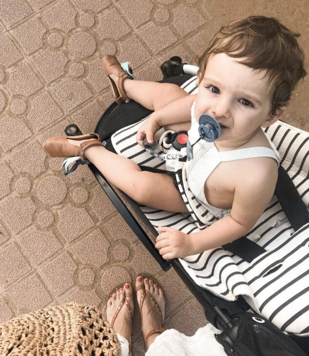 bebe que no quiere ir en su silla de paseo